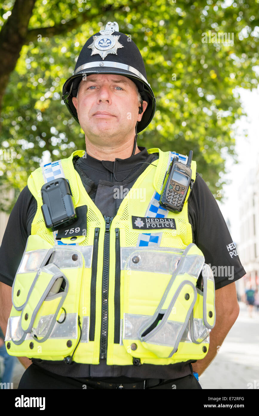 Male police officer in Cardiff, Wales, UK. Heddlu Welsh police. - Stock Image