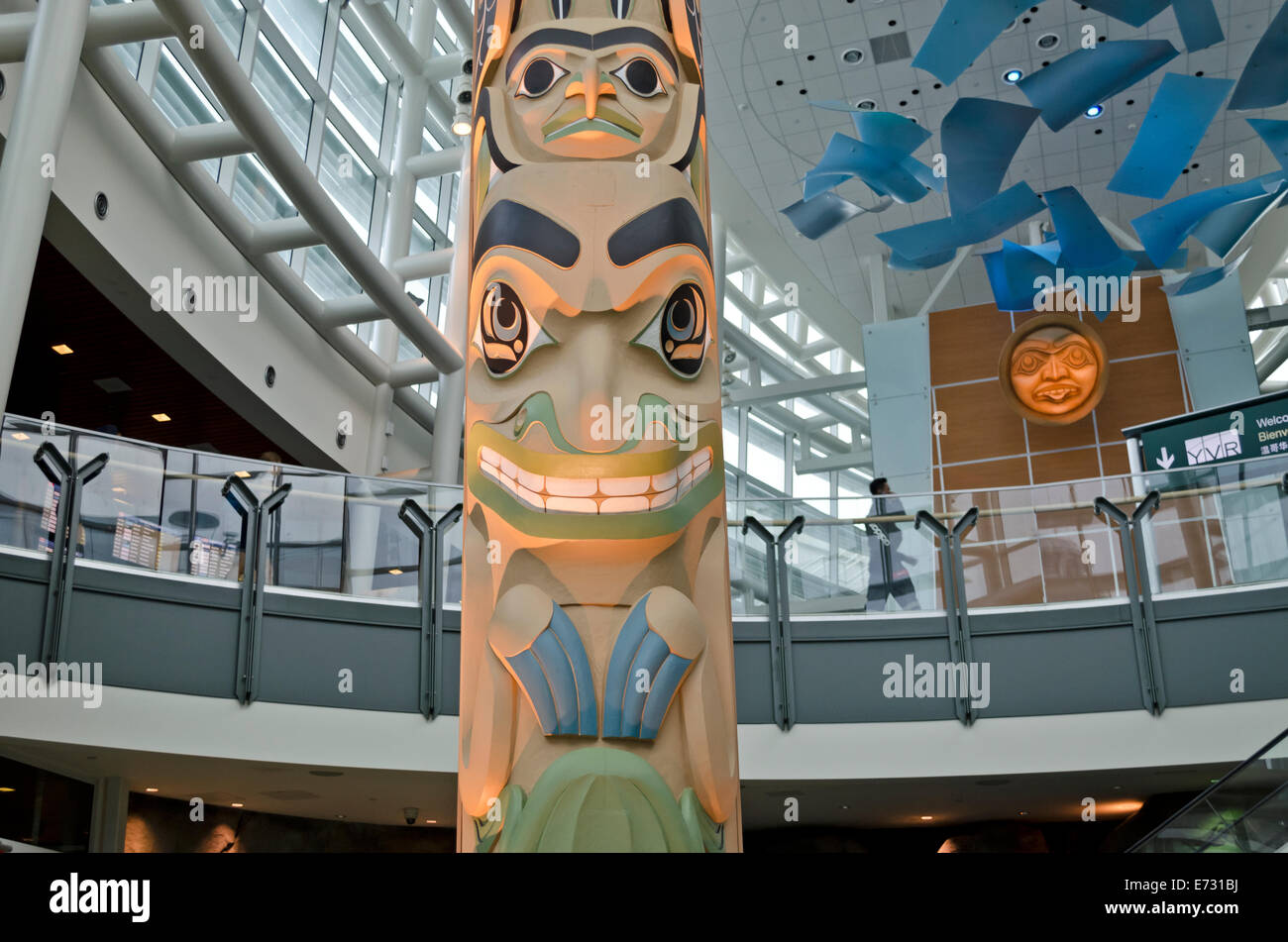 Beautiful first nations totem pole artwork greets visitors in the Vancouver International Airport, YVR. In the Graham - Stock Image