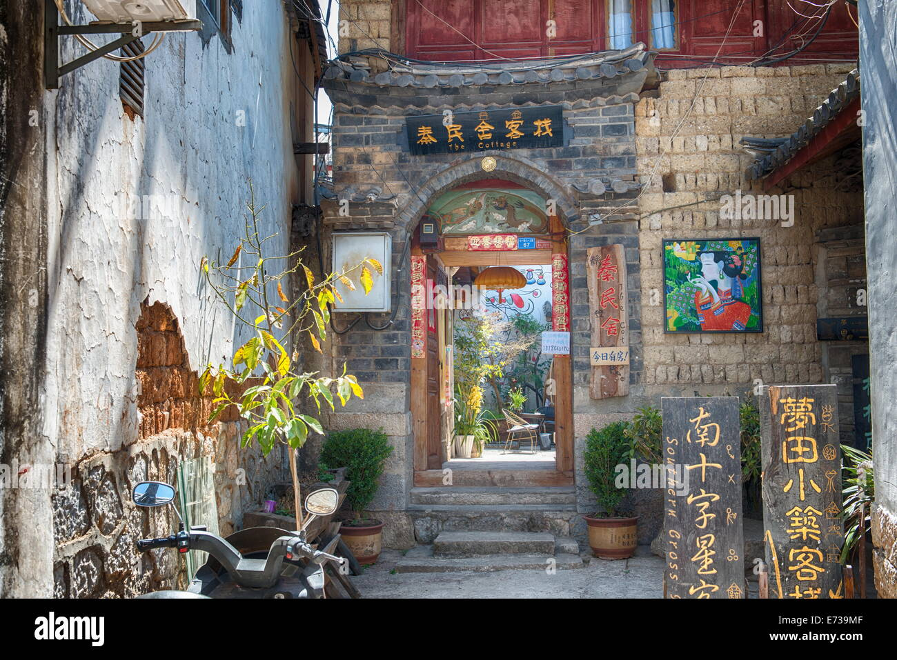 Entrance of a hostel in the old town of Lijiang, UNESCO World Heritage Site, Yunnan, China, Asia - Stock Image