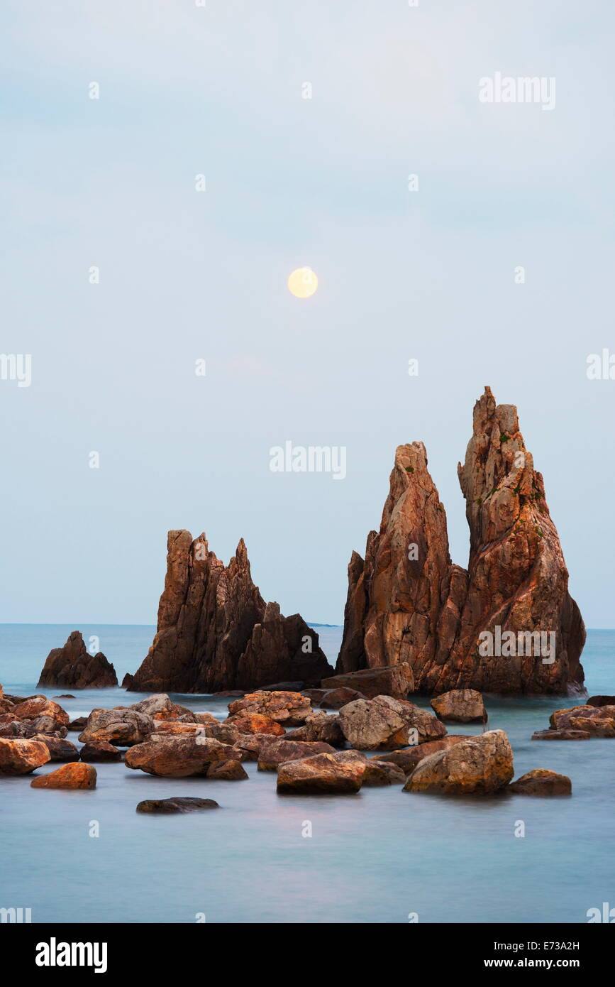 Full moon rising over rock stacks, Hashikuiiwa, Wakayama Prefecture, Honshu, Japan, Asia - Stock Image