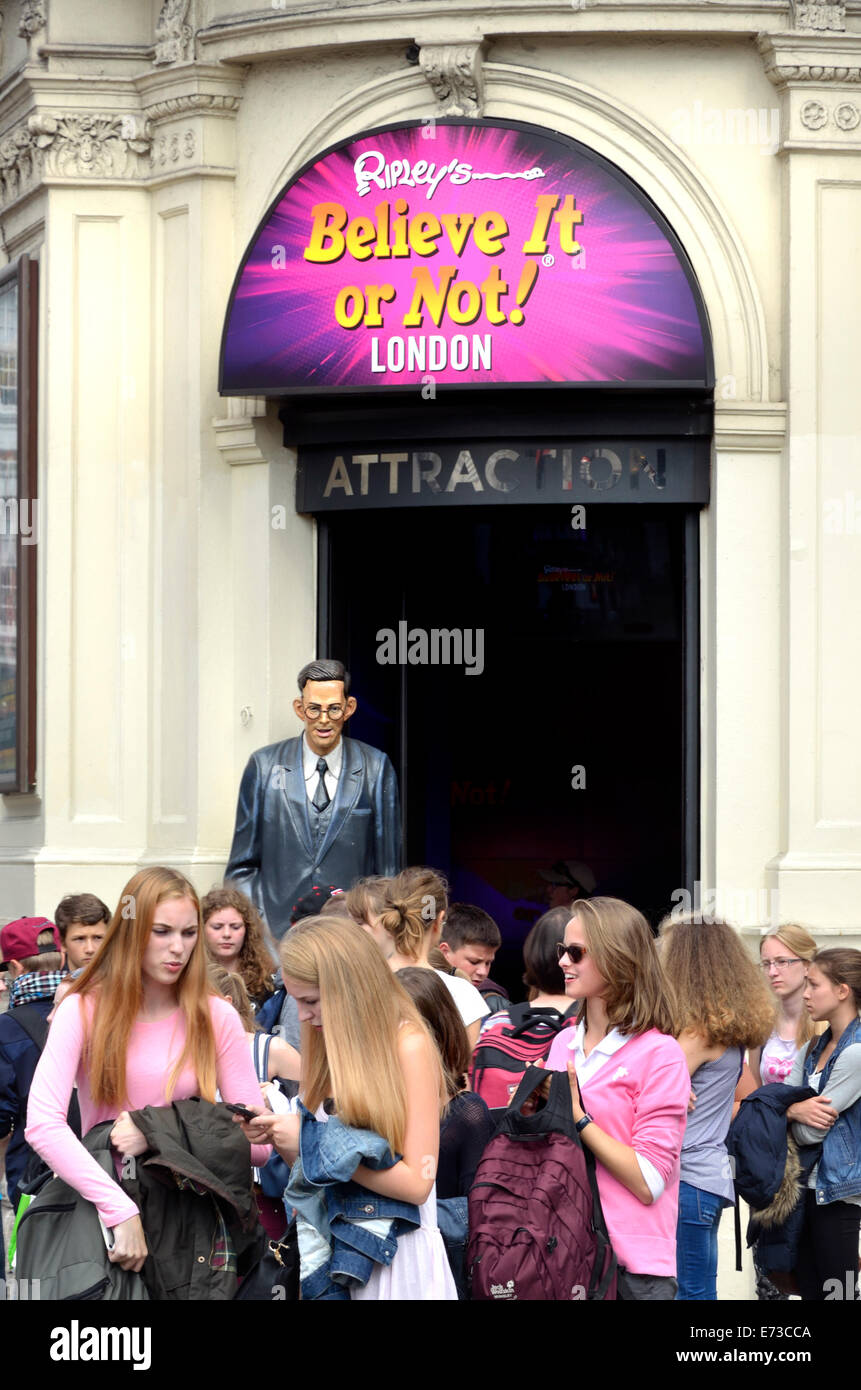 London, England, UK. Tourists at the entrance of 'Ripley's Believe it or Not' in Piccadilly Circus. - Stock Image