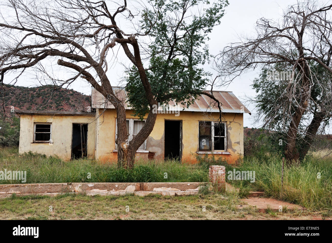 Abandoned and run-down house - Stock Image