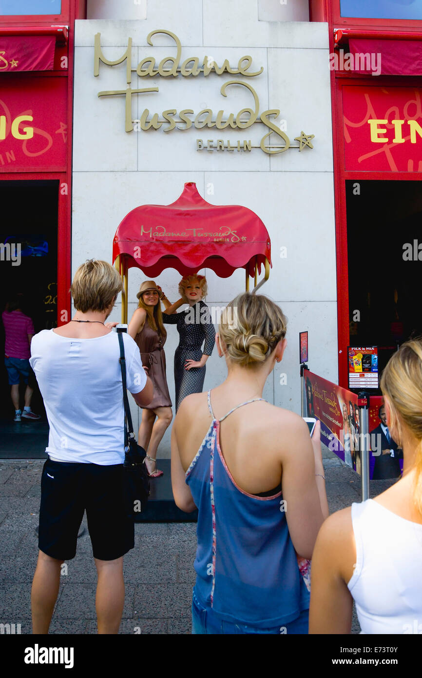 Germany, Berlin, Mitte, Madame Tussauds, Unter den Linden, tourists have their photograpgh taken beside statue of - Stock Image