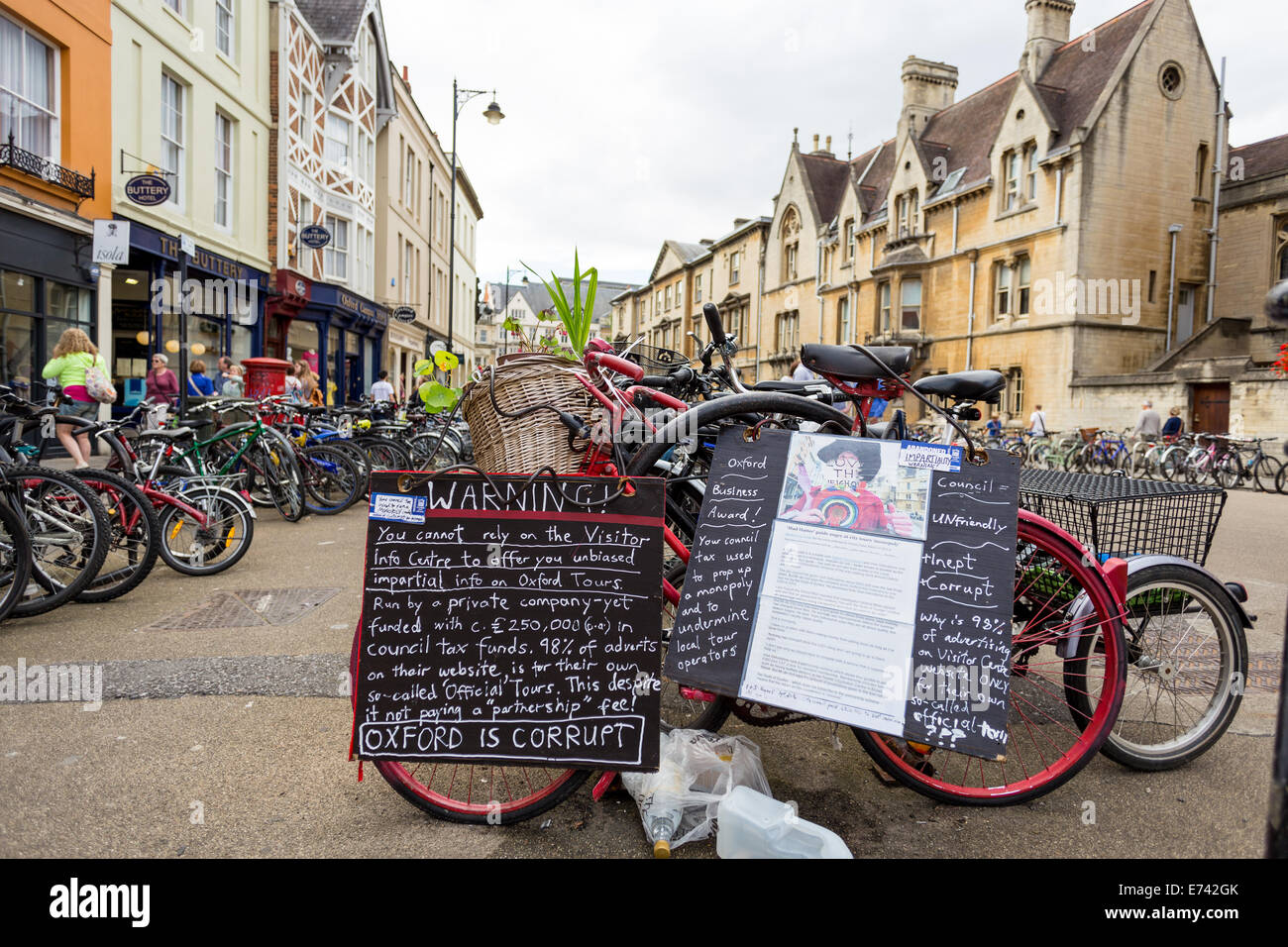 Oxford tour company, Mad Hatter Tours, mounts a protest against Oxford City Council on a bicycle - Stock Image