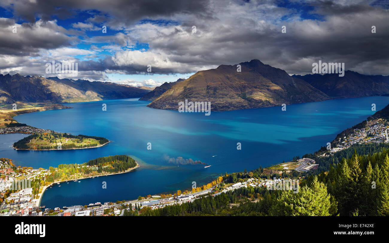 Queenstown cityscape with Wakatipu lake and Remarkables Mountains, New Zealand - Stock Image