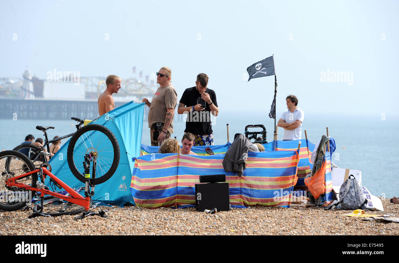 Brighton, Sussex, UK. 7th Sep, 2014. Weather: Crowds enjoy the hot weather this afternoon on Brighton beach and Stock Photo