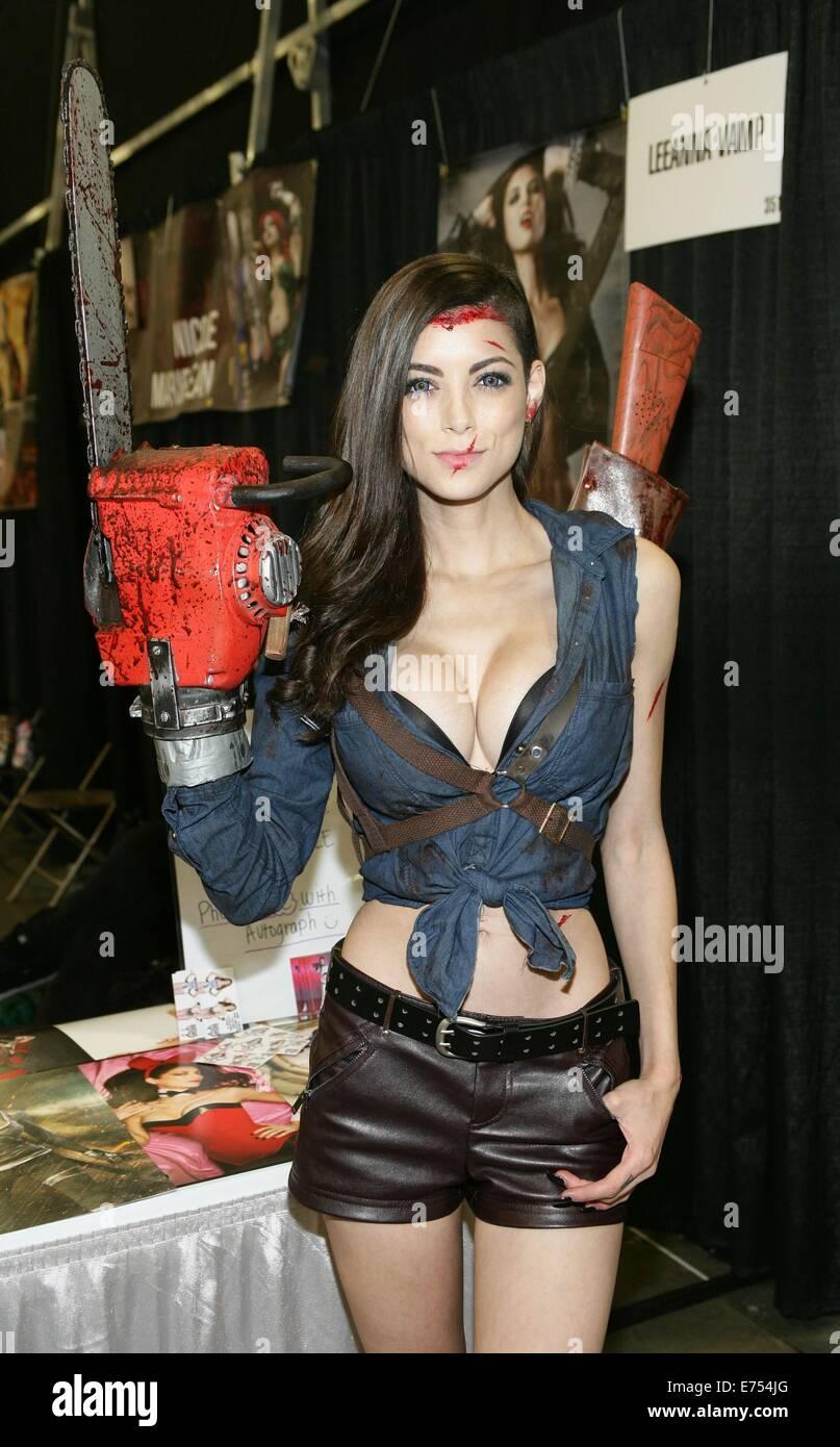 LEEANNA VAMP Cosplaying Punk Wonder Woman! - YouTube
