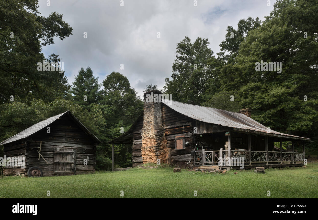 Early homestead log cabin in the Great Smoky Mountains near the town of Blue Ridge, Georgia, USA. - Stock Image
