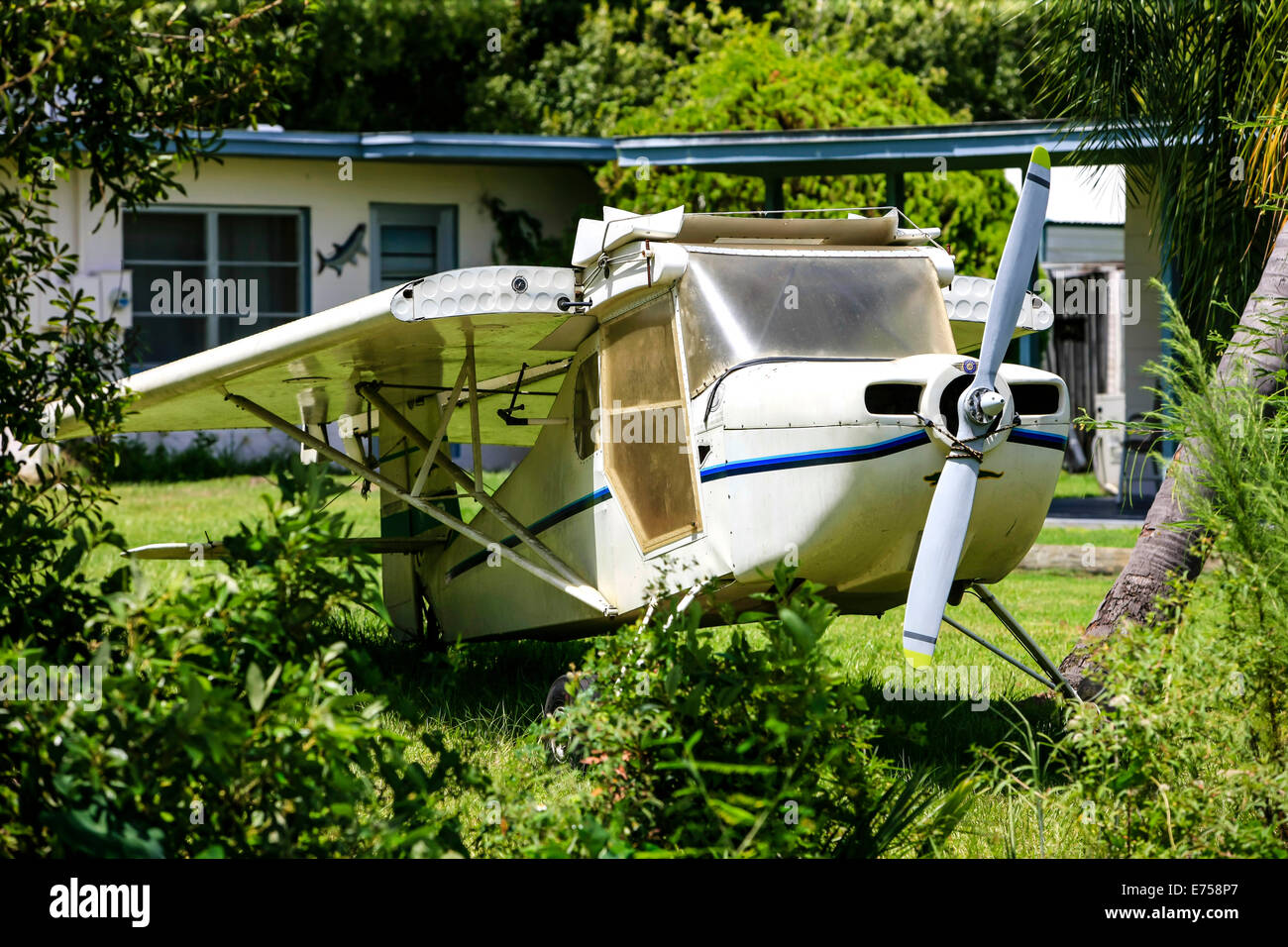 Old aircraft abandoned in rural SW Florida - Stock Image
