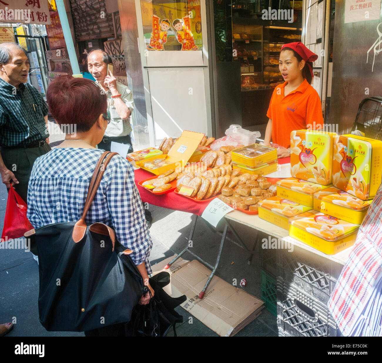 New York, USA. 7th September, 2014. Stores and bakeries in Chinatown sell boxes and boxes of mooncakes on Sunday, Stock Photo