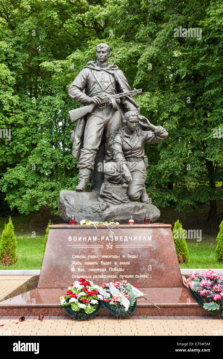 Young woman with a two-way radio set and an armed soldier, monument to the Russian intelligence members, World War - Stock Image