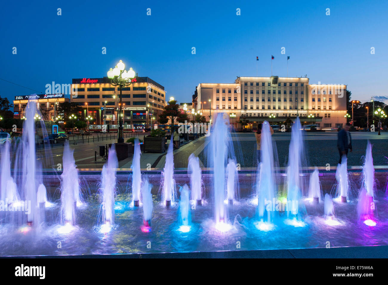 Victory Square, fountains in the evening, the Town Hall of 1923 and department stores at the back, Centralnij rajon, - Stock Image