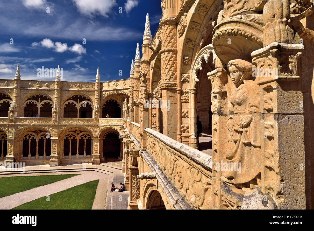 Portugal, Lisbon: Dettail of the manueline style at the cloister of Jeronimos Monastery - Stock Image