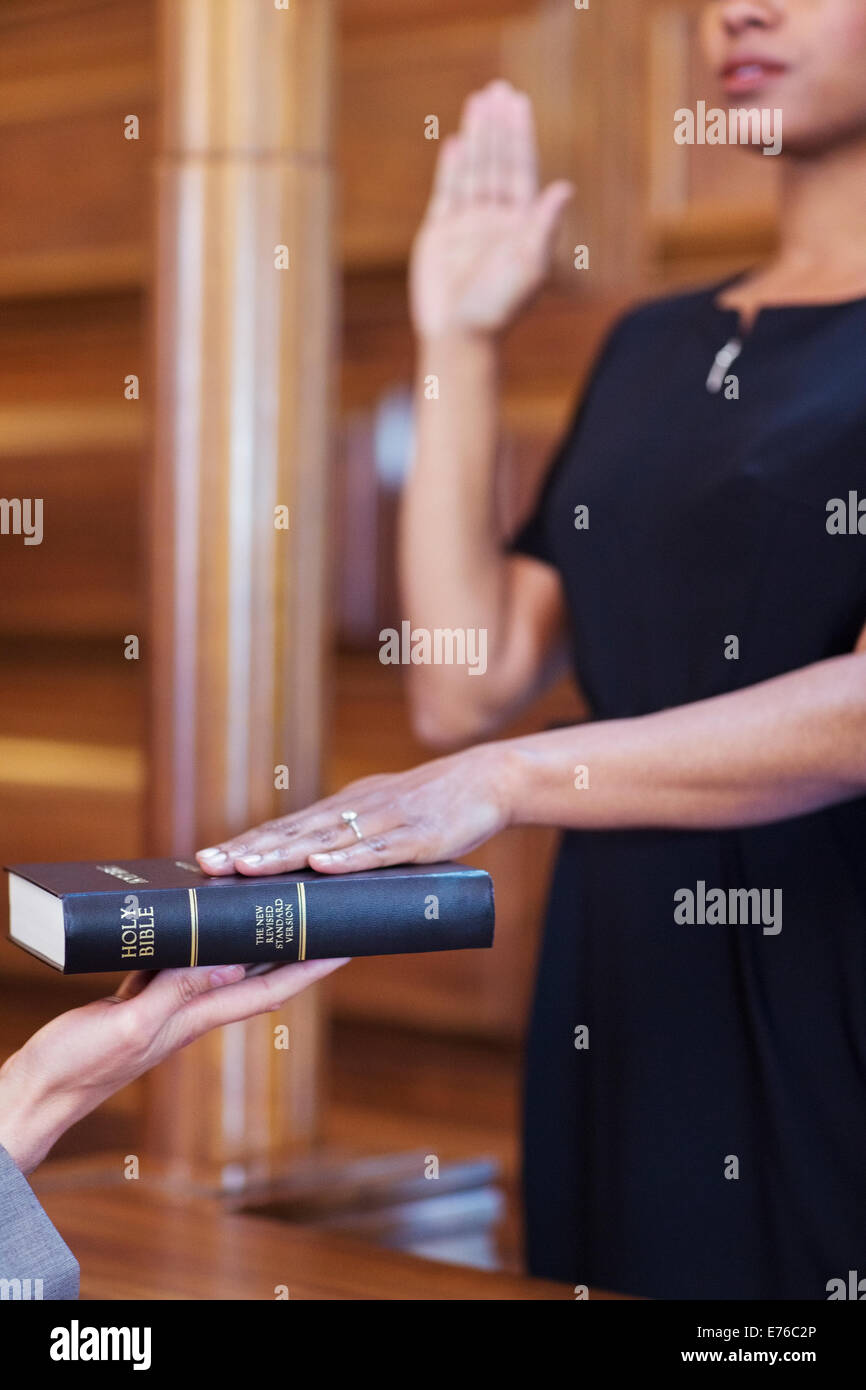 Bailiff giving oath to witness - Stock Image