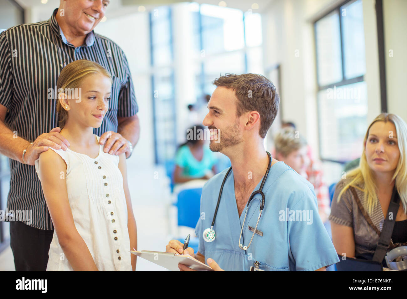 Nurse talking to patient in hospital - Stock Image