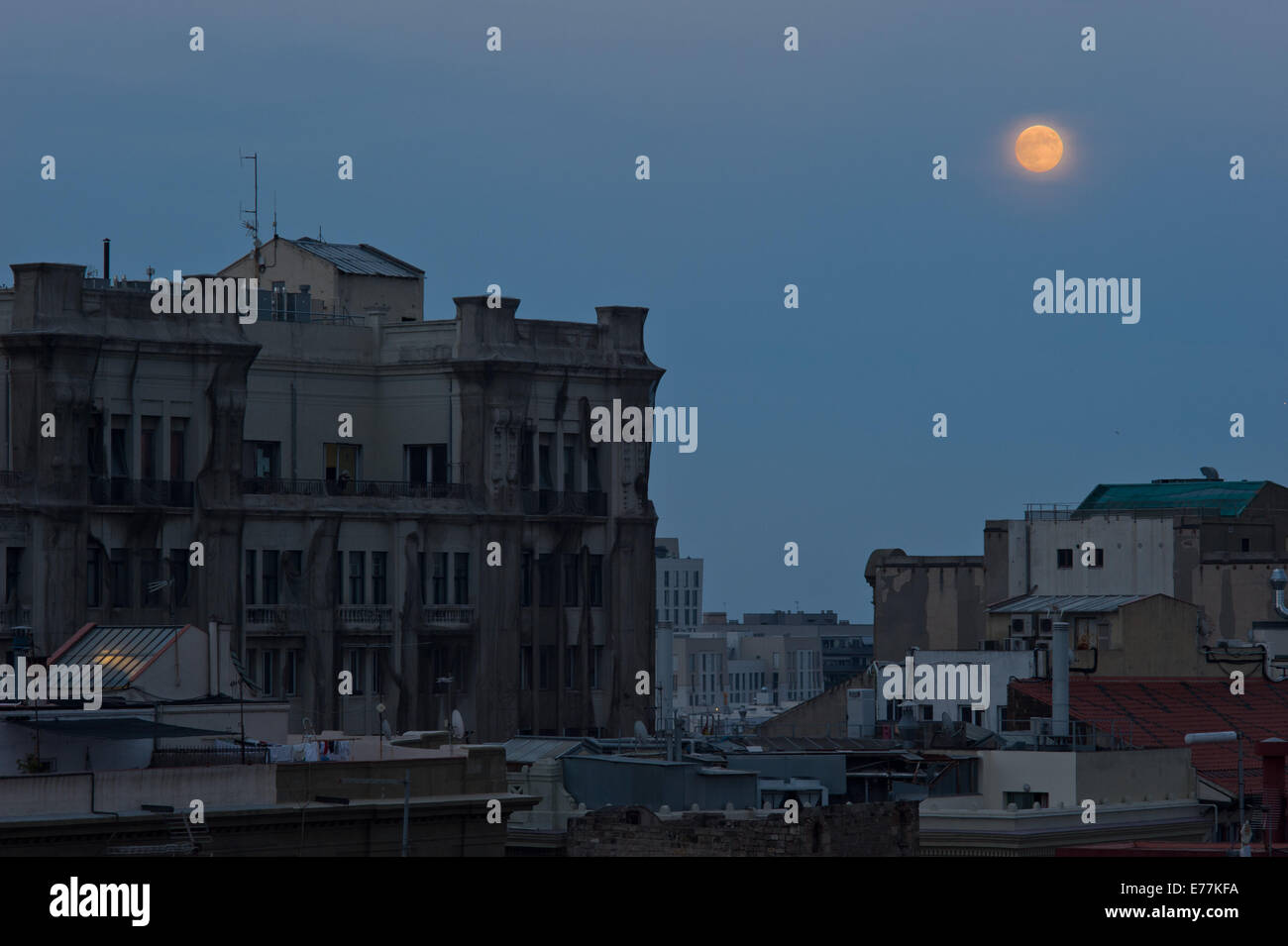 Barcelona, Spain-8th Sept, 2014. Full moon can be seen rising over Barcelona sky. Credit:   Jordi Boixareu/Alamy - Stock Image