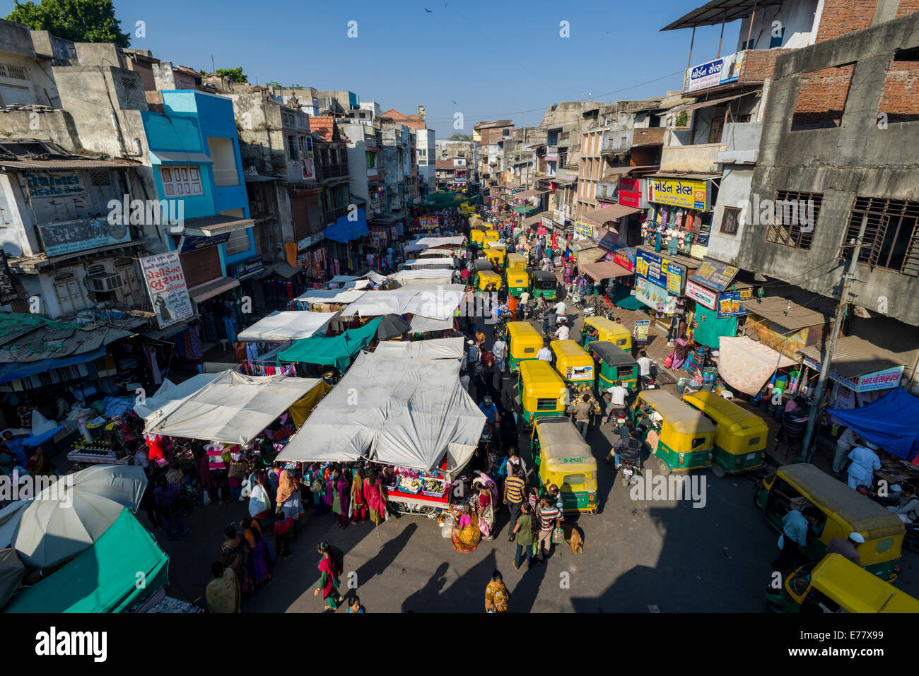 A crowded street with shops and traffic jam in the old city market area, Ahmedabad, Gujarat, India - Stock Image