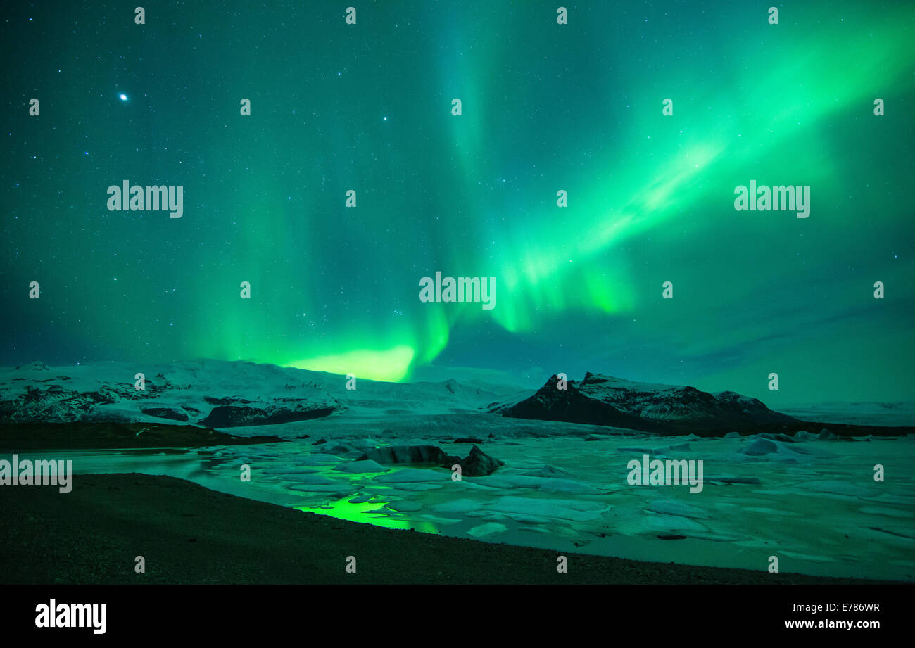 the Northern Lights (Aurora Borealis) over the Vatnajokull galcier and Fjallsarlon, eastern Iceland - Stock Image