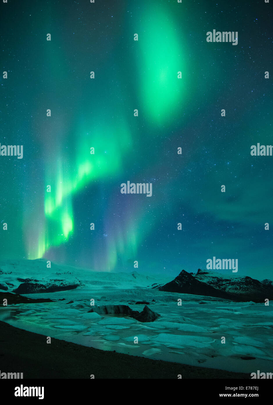 the Northern Lights (Aurora Borealis) over the Vatnajokull galcier and Fjallsarlon, eastern Iceland Stock Photo