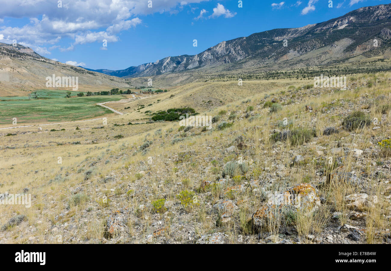 Buffalo Bill State Park showing the mountains and undulating rugged landscape of scrub, rocks, and grasses. - Stock Image