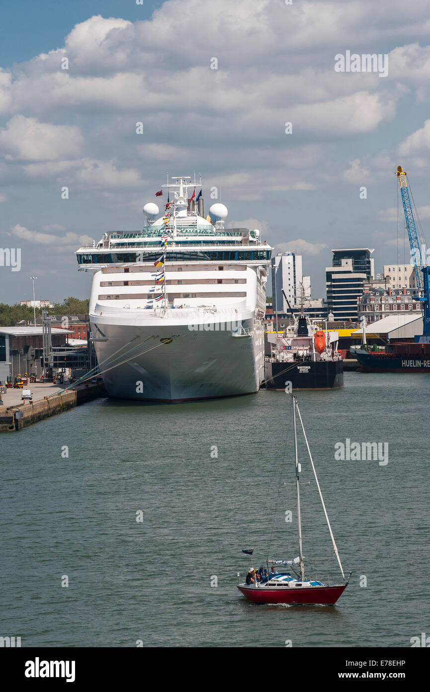 P&O's cruise ship Oceana in port at Southampton, England. - Stock Image