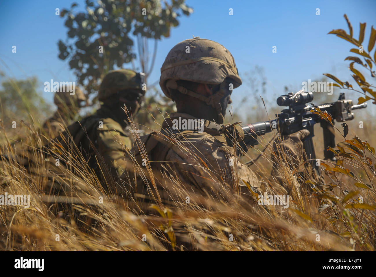 U.S. Marines with the 1st Battalion, 5th Marine Regiment, Marine Rotational Force-Darwin and Australian soldiers - Stock Image