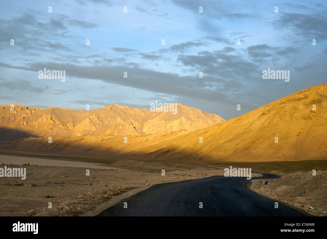 Early morning on the Leh to Manali road, south of the Tanglang or Taglang La (pass), northern India - Stock Image