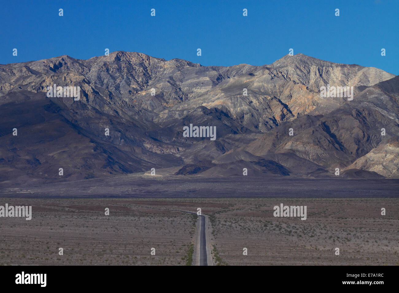 State Route 190 through Death Valley near Stovepipe Wells, towards Panamint Range, Death Valley National Park, Mojave - Stock Image