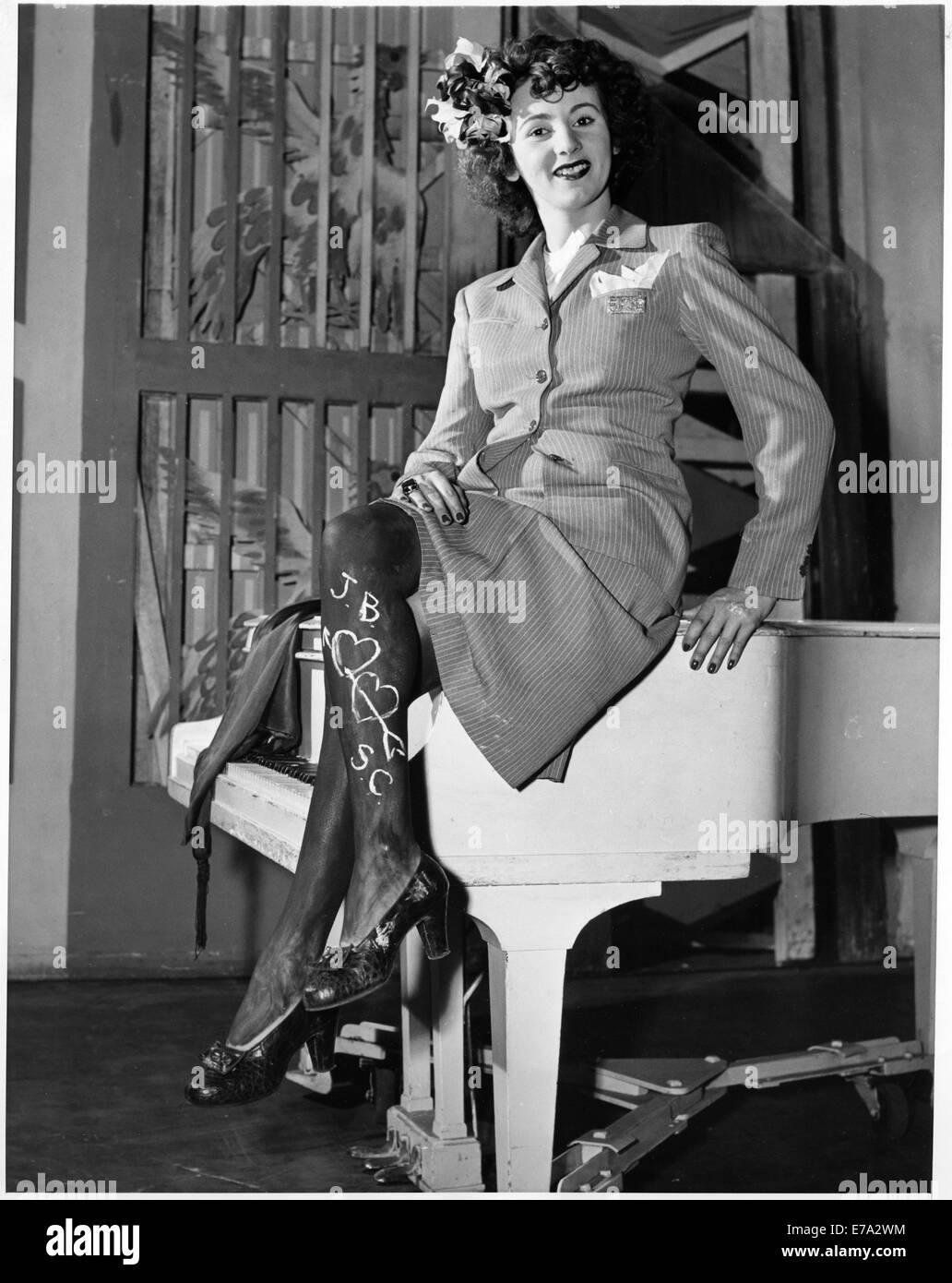 Stockings 1940s Stock Photos & Stockings 1940s Stock ...