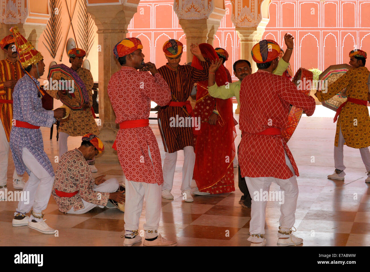 A traditional dance troupe performing in the City Palace of Jaipur, in Rajasthan, India - Stock Image