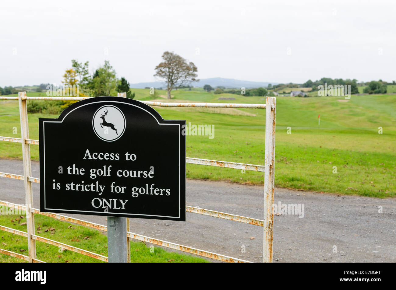 Sign at a golf course warning that only golfers are permitted onto the course - Stock Image