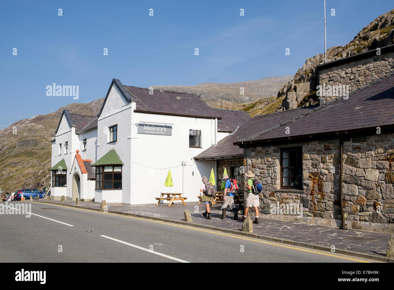 Refurbished Pen-y-Pass YHA youth hostel with new Mallory's cafe and bar in Snowdonia National Park North Wales - Stock Image