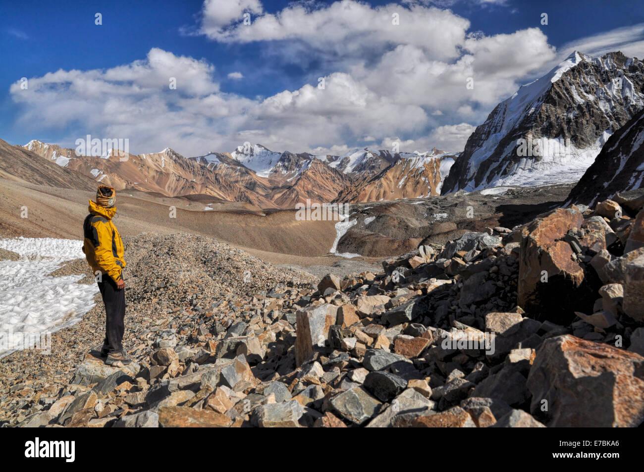 Young adventurer hiking in Pamir mountains in Tajikistan - Stock Image