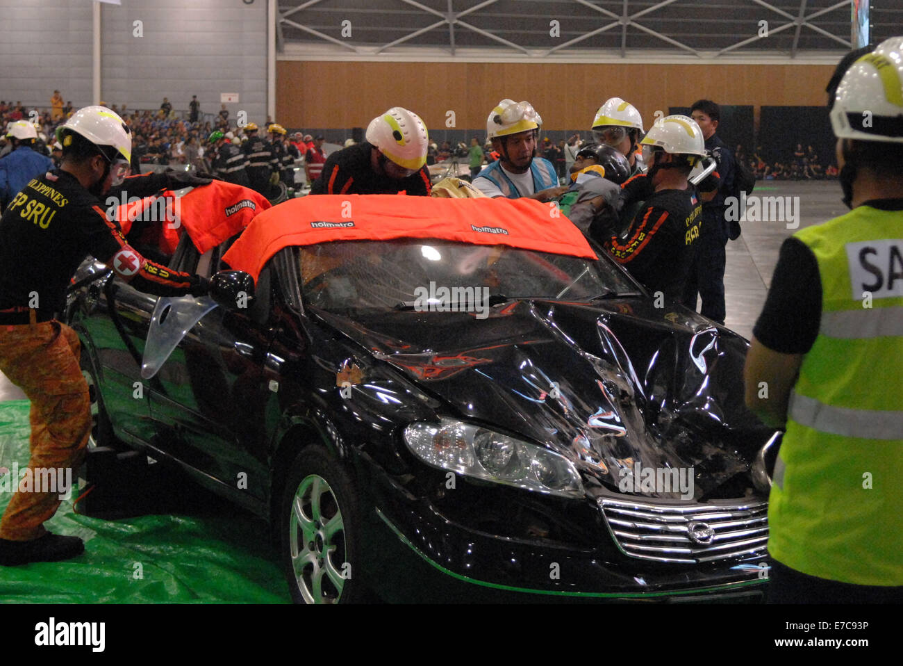 (140913) -- SINGAPORE, Sept. 13, 2014 (Xinhua) -- Fire fighters try to save people trapped in a car crash in a simulated - Stock Image