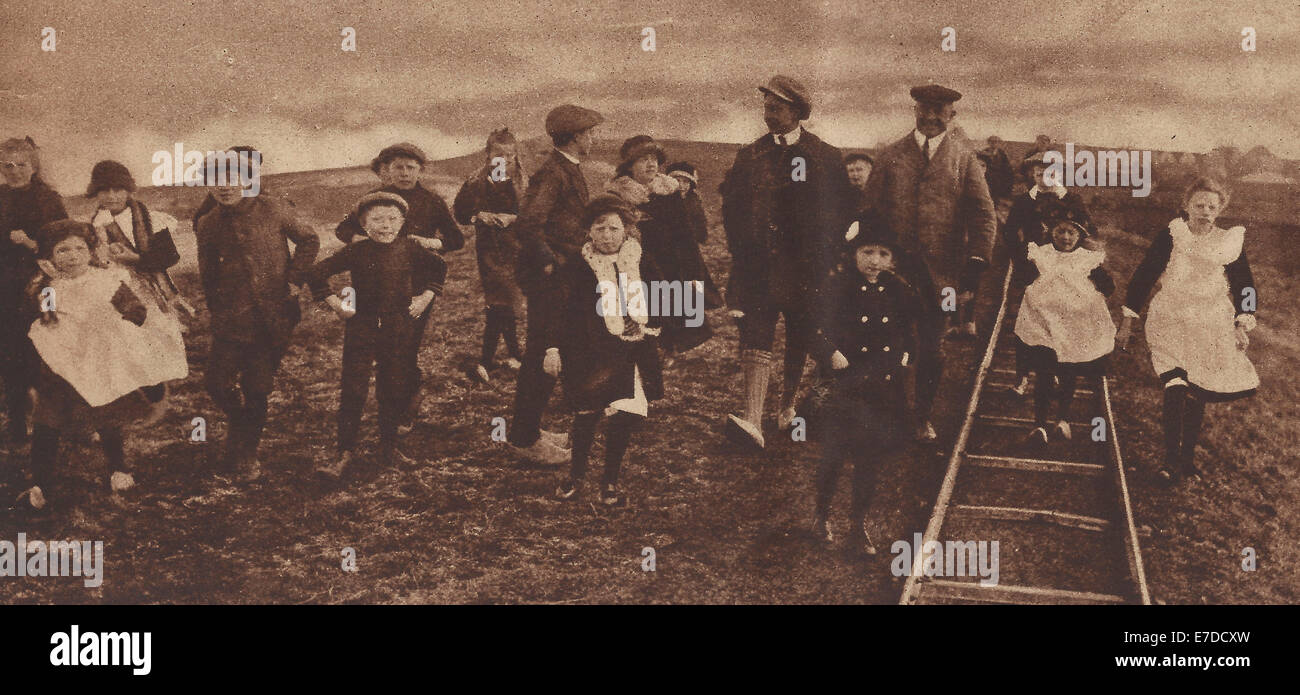 Former German Crown Prince Wilhelm dressed as a fisherman out for a walk, accompanied by Dutch children, 1919 - Stock Image