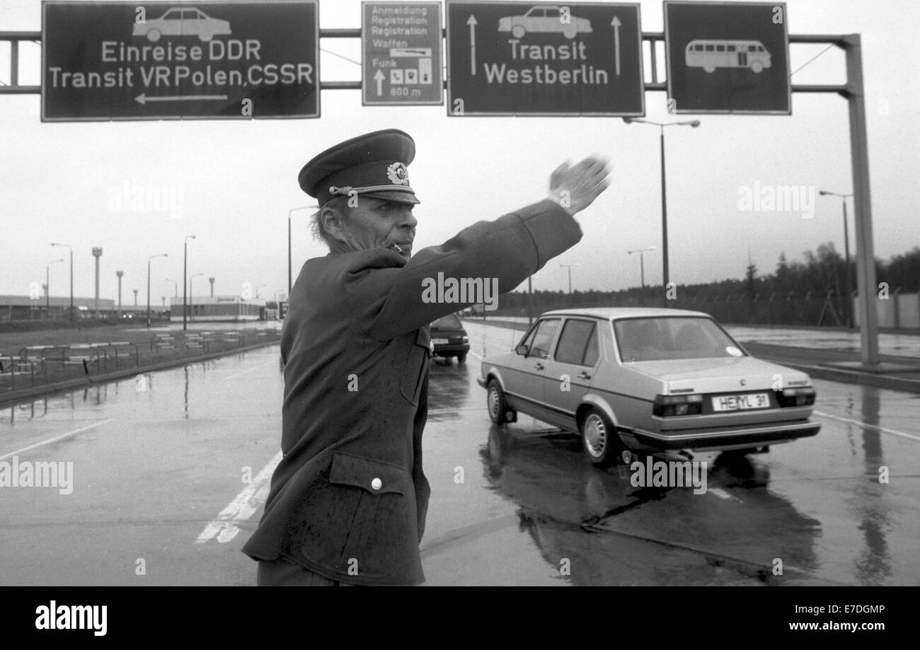 https://c8.alamy.com/comp/E7DGMP/an-east-german-border-guard-directs-arriving-vehicles-onto-the-lanes-E7DGMP.jpg