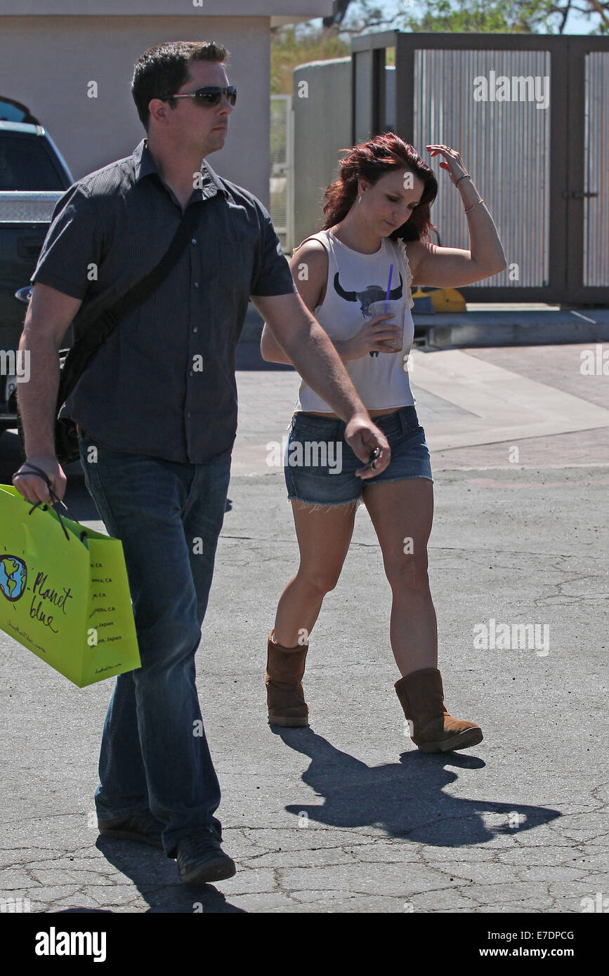 Britney Spears Shopping At Planet Blue S Flagship Store In Malibu Stock Photo Alamy