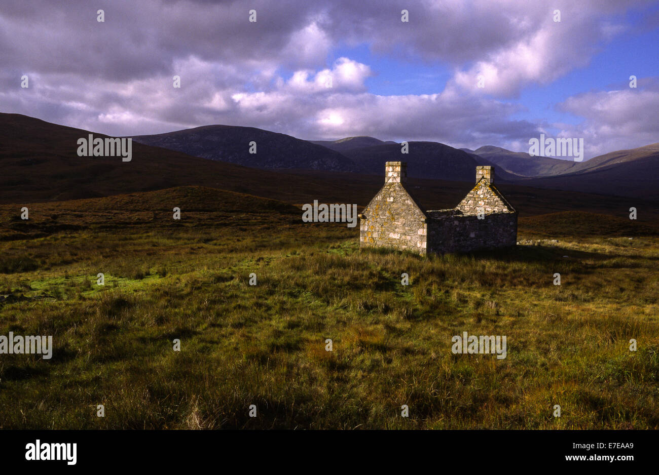 DESERTED CROFT HOUSE IN THE REMOTE HILLS OF SUTHERLAND SCOTLAND - Stock Image