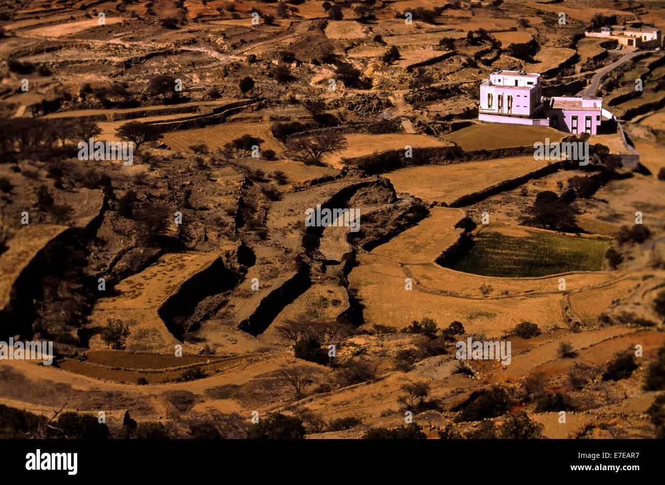 FARM HOUSES AND ARID FIELDS OF TERRACE FARMING IN ASIR  SAUDI ARABIA - Stock Image