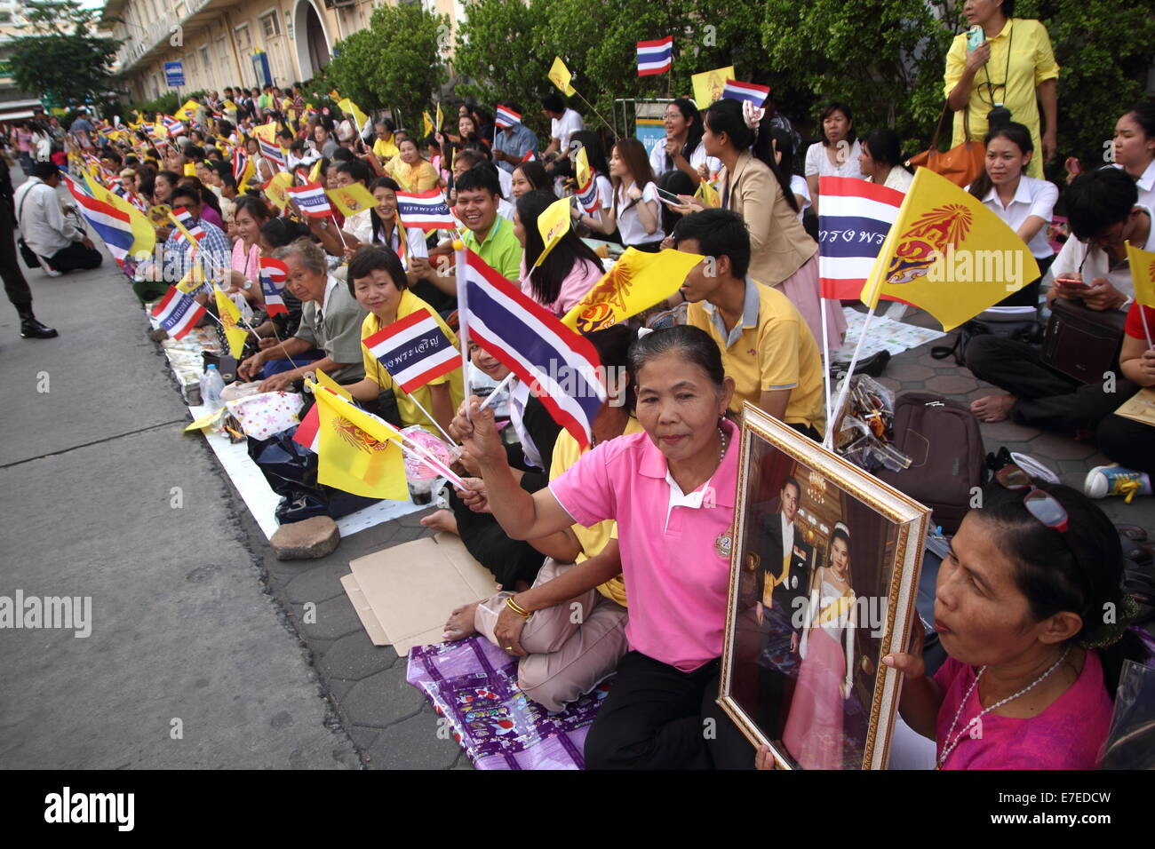 Bangkok, Thailand. 15th Sep 2014. Thai people waiting for the king at Siriraj Hospital. Thai King Bhumibol Adulyadej - Stock Image