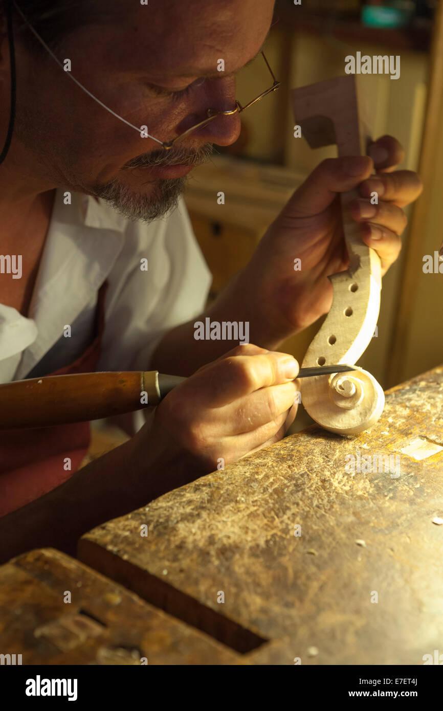 Violin maker in workshop in Rome - Stock Image