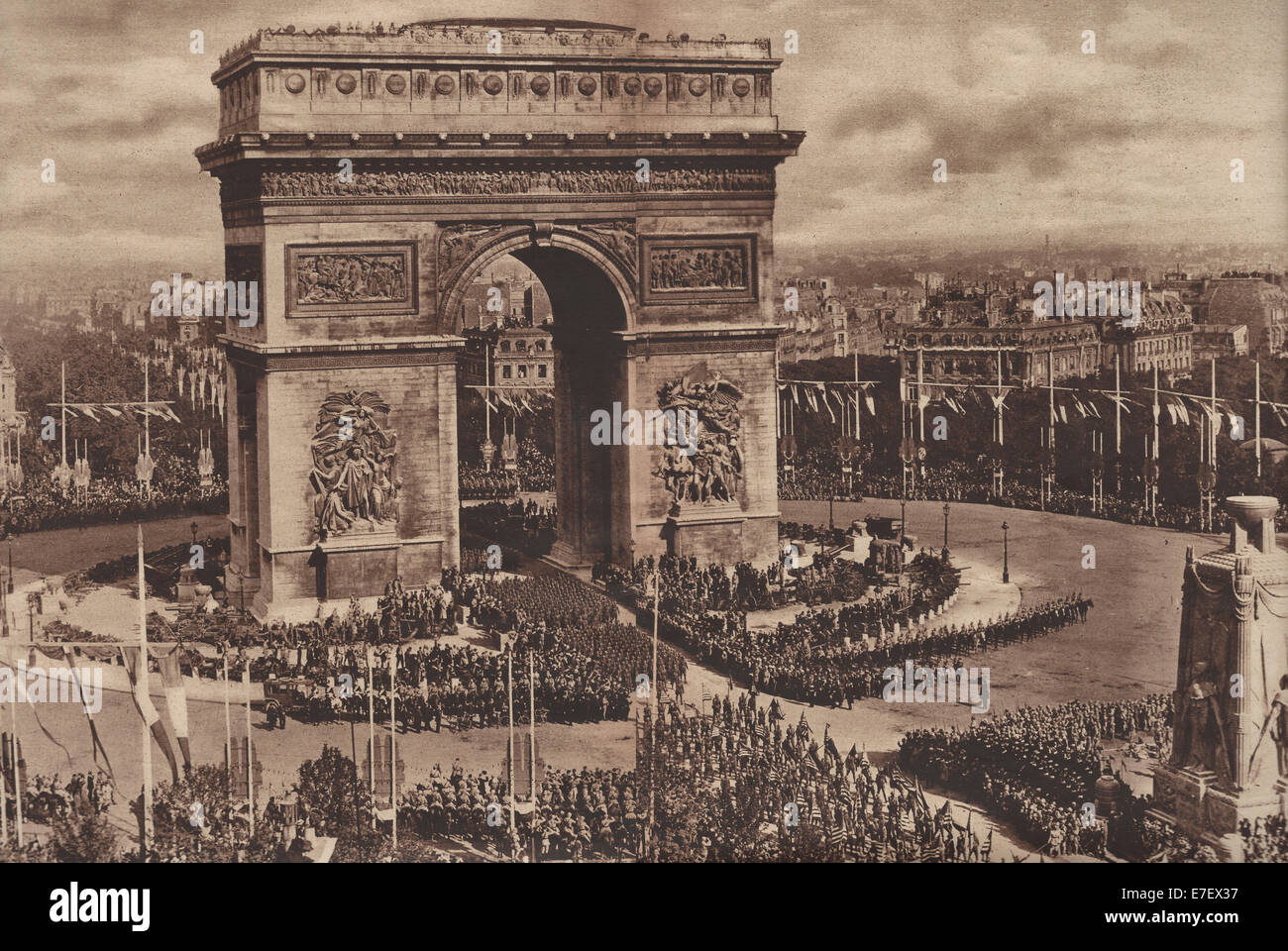Magnificent Victory Parade passing through the Arc de Triomphe, Paris, July 14, 1919 - Conquerers in the Great War - Stock Image
