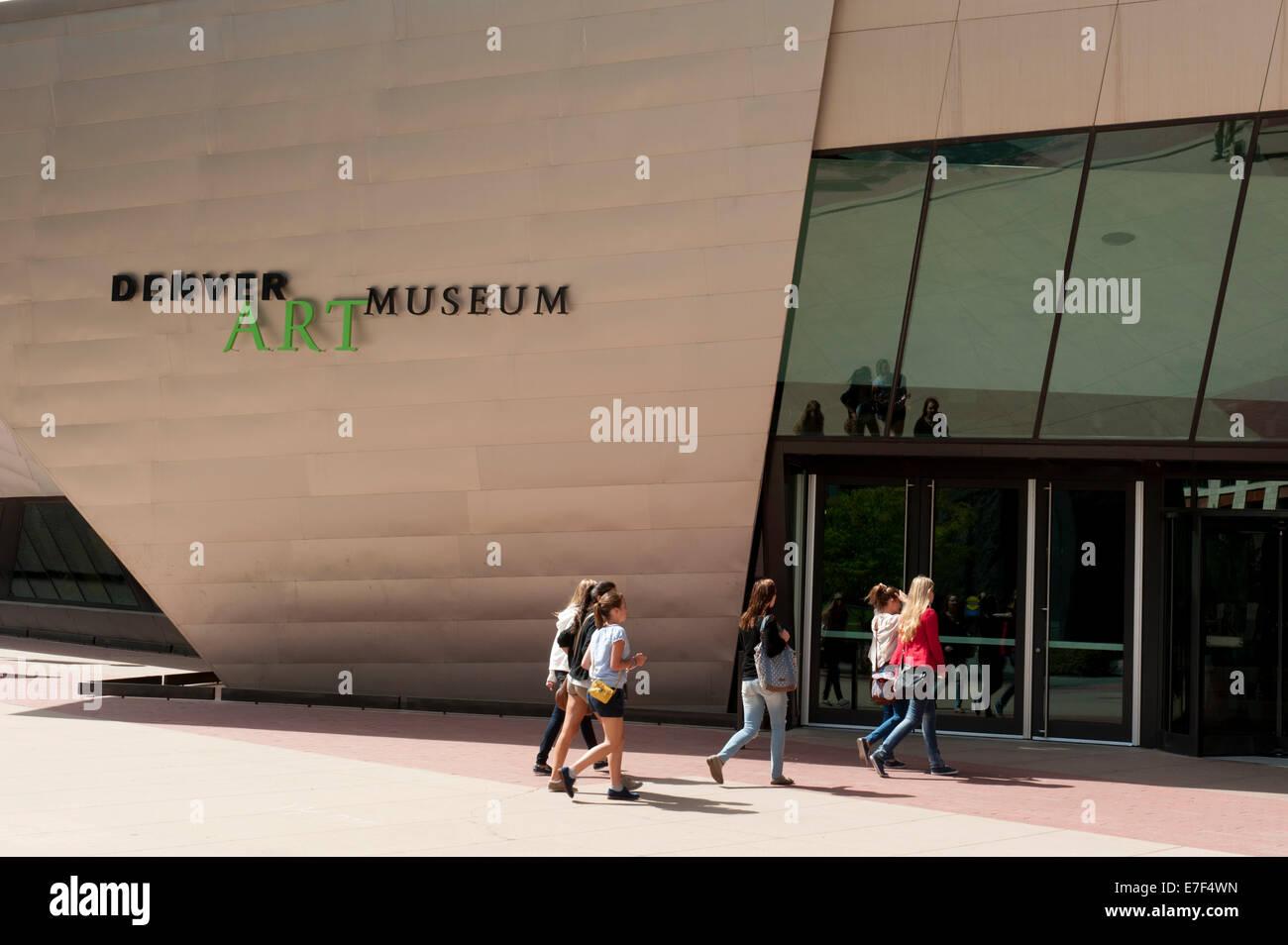 Denver Art Museum, Hamilton Building, young woman at the entrance, Denver, Colorado, USA - Stock Image