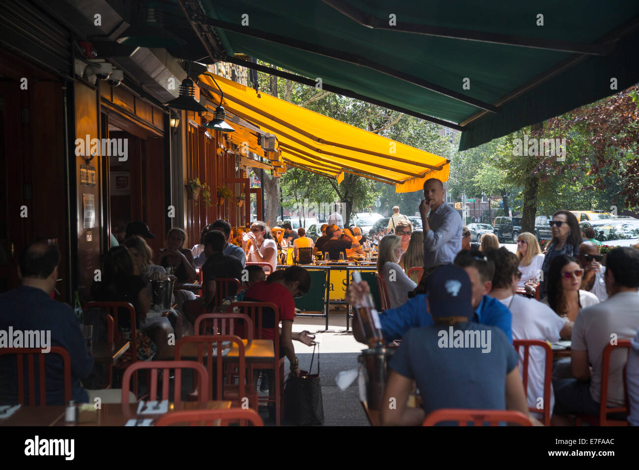 restaurant al fresco dining sunday brunch - Stock Image