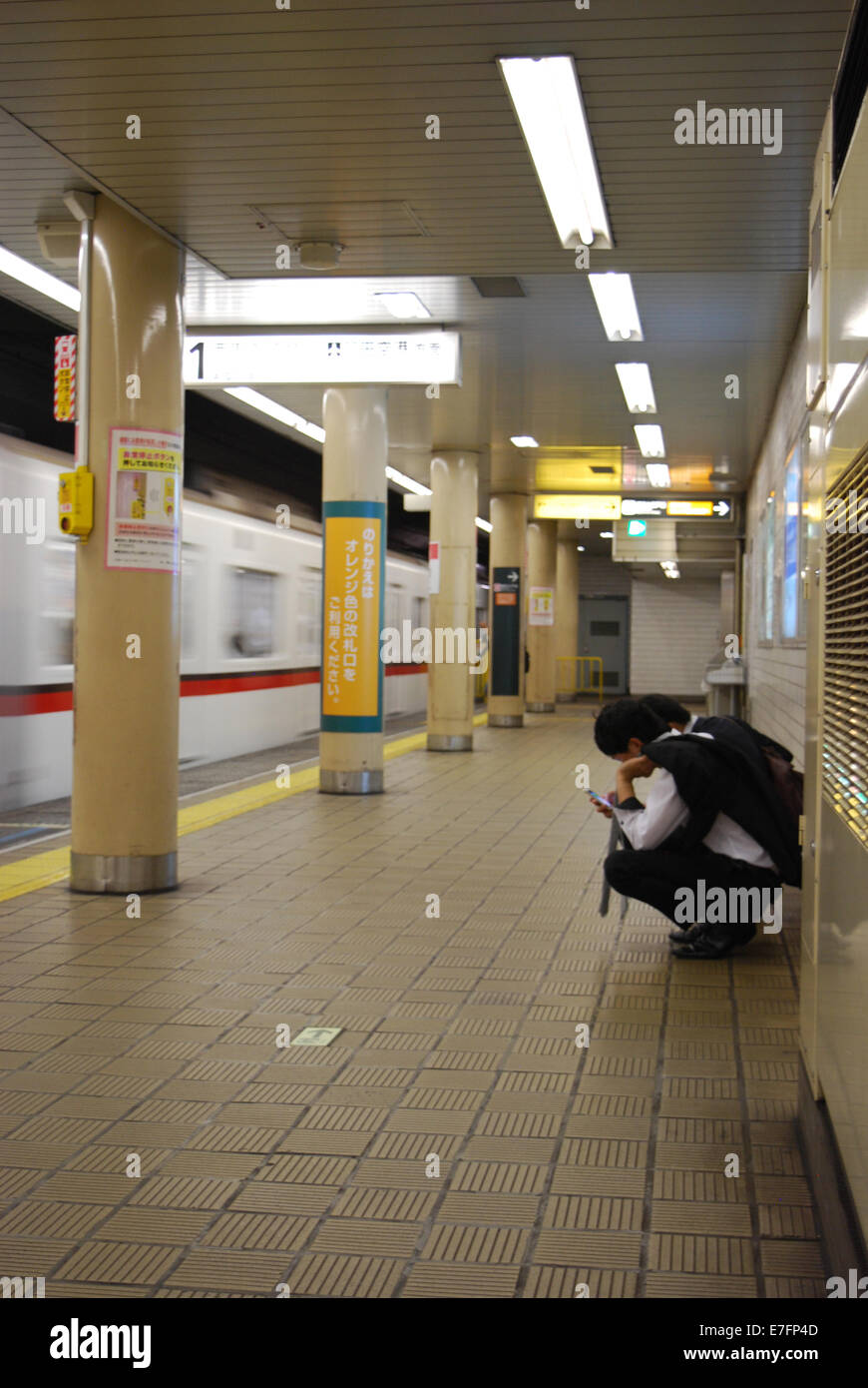 Subway platform, Tokyo, Japan - Stock Image