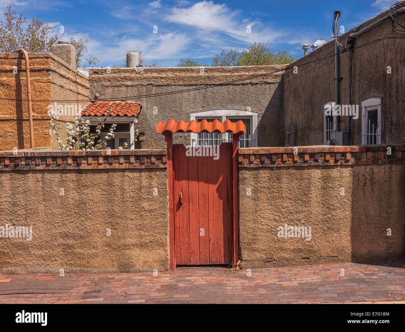 Old adobe house in Santa Fe, New Mexico. - Stock Image