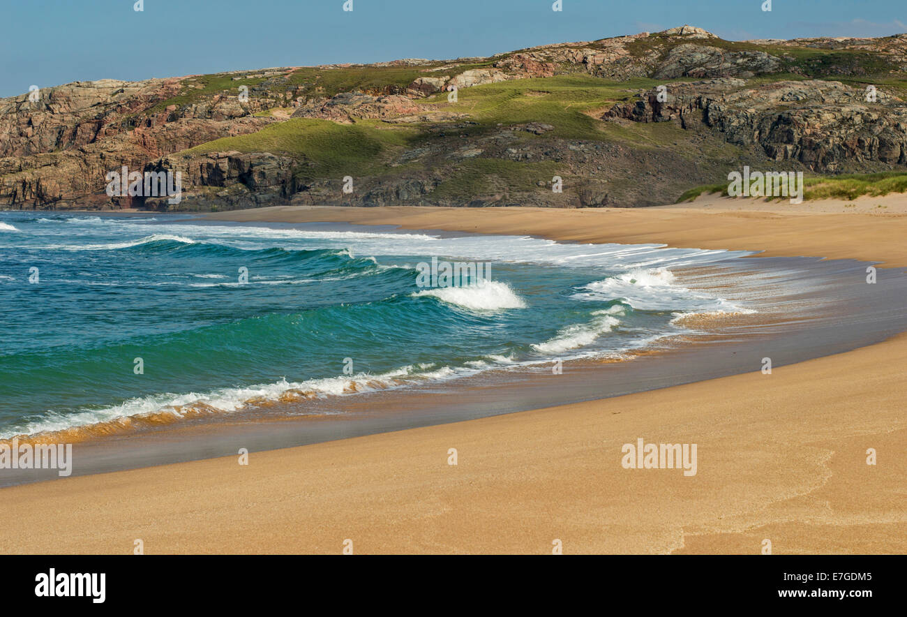 SANDWOOD BAY SUTHERLAND SCOTLAND WAVES BREAKING OVER THE SAND BEACH - Stock Image