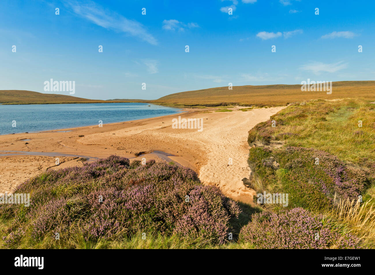 SANDY SHORELINE OF LOCH A MHUILINN ON THE WAY TO SANDWOOD BAY SUTHERLAND SCOTLAND - Stock Image