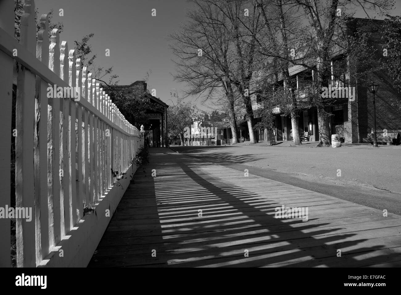 White picket fence and City Hotel (1856), Main Street, Columbia State Historic Park, Columbia, Tuolumne County, - Stock Image