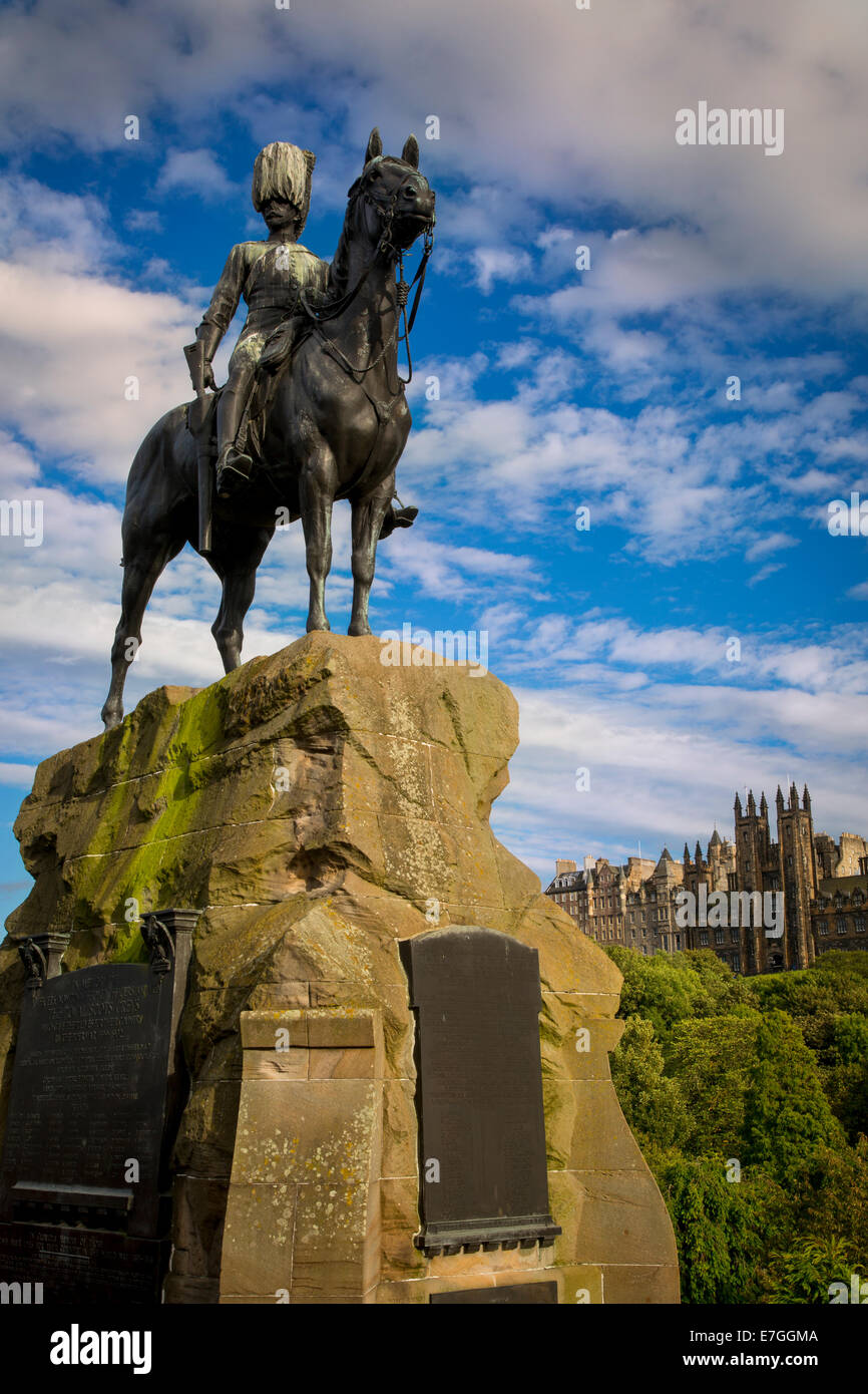 Memorial to Royal Scots Greys, Church of Scotland and Tolbooth Church Towers rise above the buildings of old Edinburgh, - Stock Image